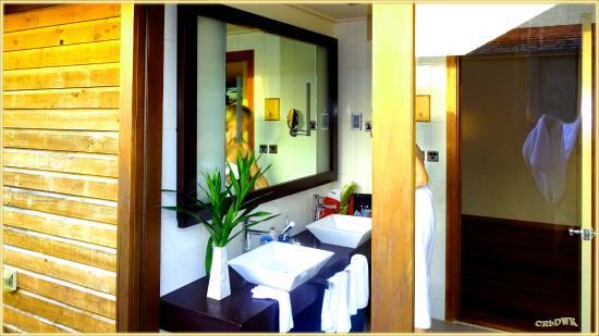 Veligandu Island Resort & Spa: Das großzügige Bad mit großer Dusch rechts