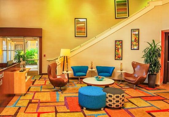 Fairfield Inn & Suites by Marriott, San Jose Airport: Lobby Seating Area