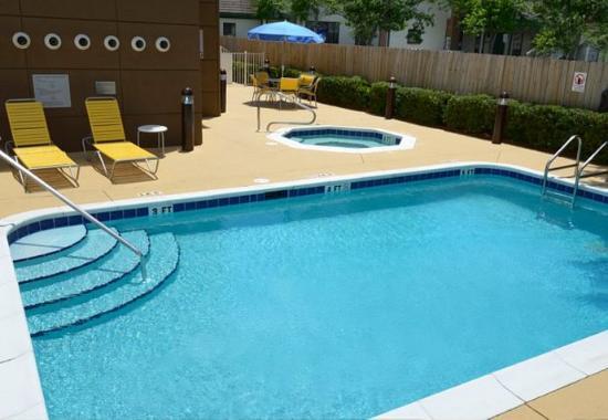 Shalimar, FL: Outdoor Pool & Whirlpool