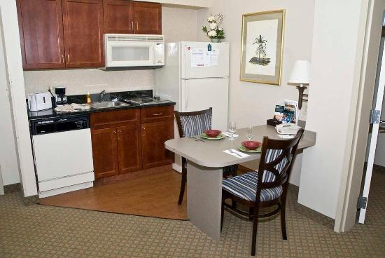 Maitland, FL: Accessible Two Bedroom Kitchen and Dining Areas
