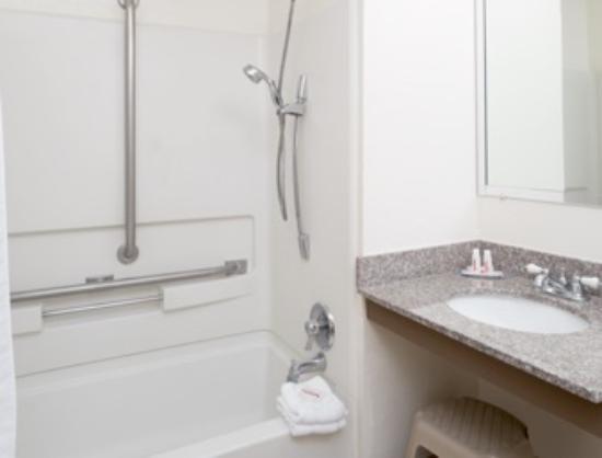 Super 8 Nampa : ADA Bathroom