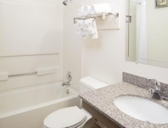 Super 8 Nampa: Room Bathroom