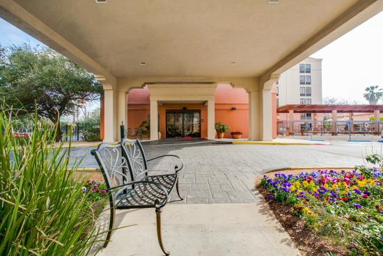 Hampton Inn San Antonio Downtown (River Walk): Hotel front covered entrance