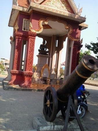 Pyramid Hotel: A Wat on the main road had canons.