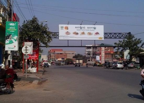 Sisophon, Kambodsja: Just before this sign is Road 2, turn left to get to the hotel.