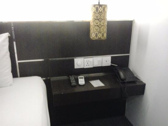Sisophon, Камбоджа: A phone and outlets.