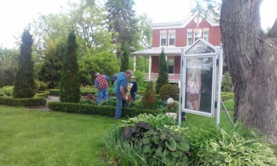 Shawinigan, Canadá: Des bénévoles à l'oeuvre dans les jardins - Photo: CPOOL