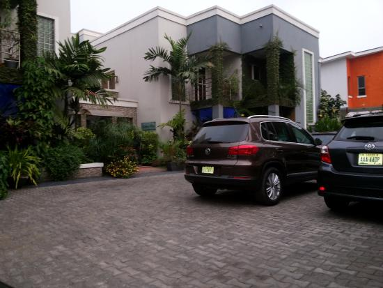 Lekki, Nigeria: Entrance to the hotel and the parking area