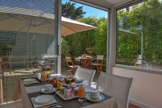 Hotel La Closerie : salle petit déjeuner vue sur la terrasse