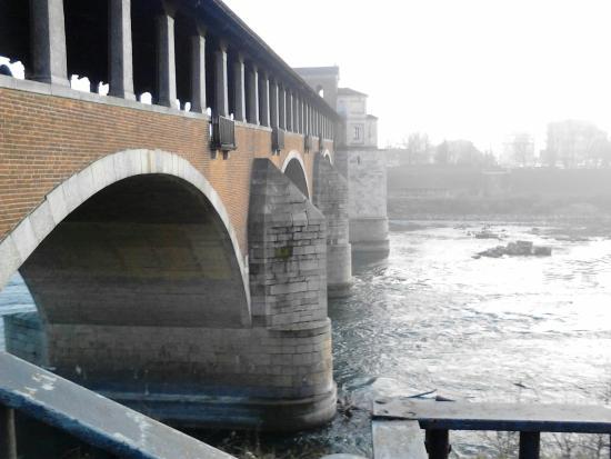Pavia, Italie : Ponte coperto