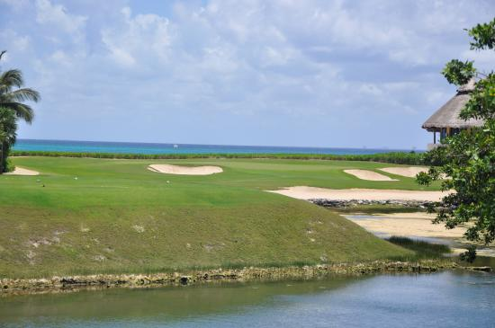 El Camaleon Mayakoba Golf Club: The deceptive little par #7 with the ocean and beach behind it