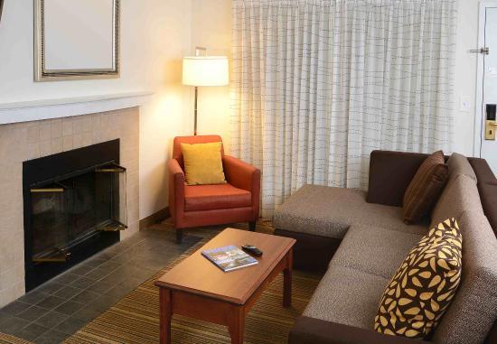 Amherst, estado de Nueva York: Penthouse & Two-Bedroom Suite - Living Area