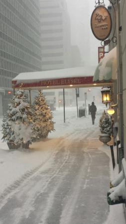 Hotel Elysee: Hotel's street entrance