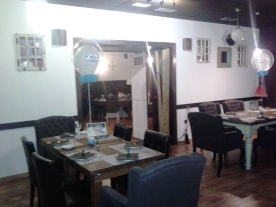 Colonial Restaurant & drinks : Uno de los salones