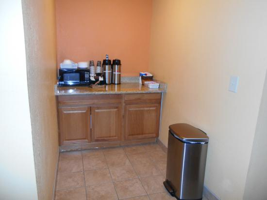 Microtel Inn by Wyndham Albany Airport: Coffee service