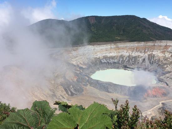 Национальный парк Поас-Волькано, Коста-Рика: Poas Volcano general view (10:40 a.m.): clouds coming...