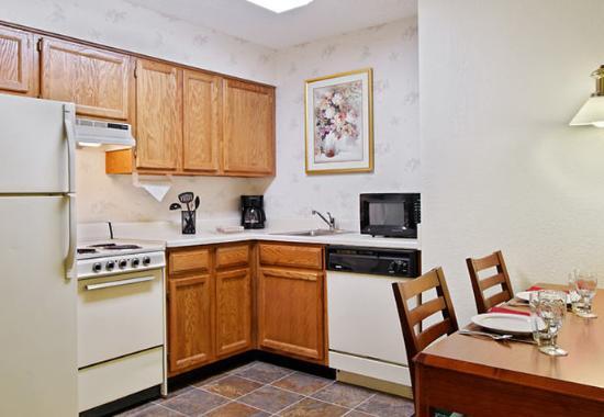 Pontiac, MI: Fully-Equipped Kitchen