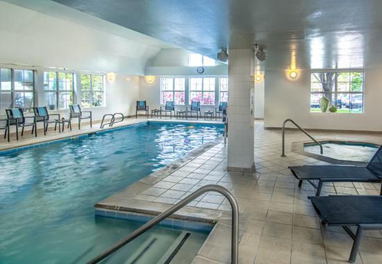 Lakewood, CO: Indoor Pool and Hot Tub