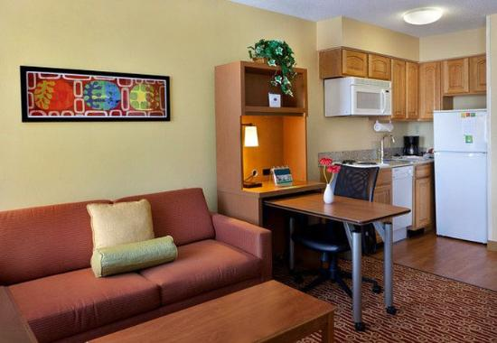 Ньюарк, Делавер: King Studio Suite – Kitchen & Living Area