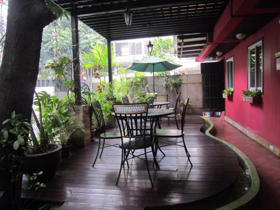 Oasis Inn Bangkok Hotel: The quiet front porch of the Oasis Inn