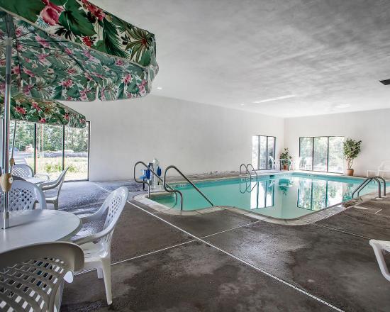 كومفرت إن ميدواي: Pool