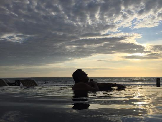 Puerto Cayo, Ecuador: Infinity pool during sunset.