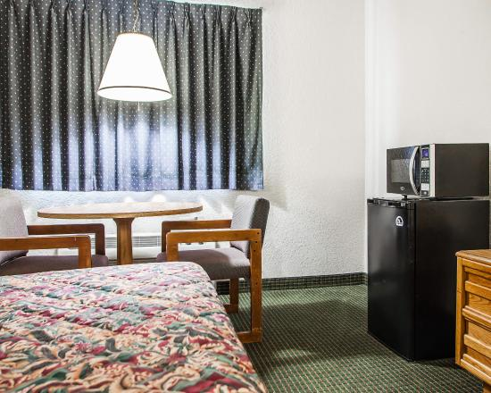 Econo Lodge Airport Kansas City: Guest Room