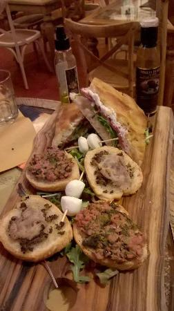 Strada in Chianti, Italy: Favolosi crostoni e schiacciata calda farcita!