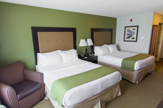 Holiday Inn & Suites Airport: Relaxing two queen bed guest room