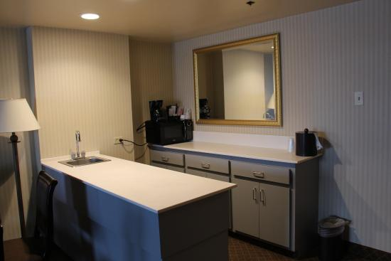 Lakewood, CO: Suites include kitchenette area within the parlor room