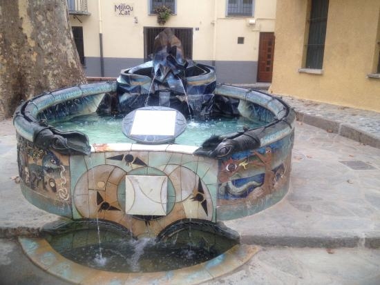 Céret, Frankrig: Fountain outside the museum by Picasso