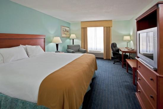 Holiday Inn Express Lake Okeechobee Standard King Bed Guest Room