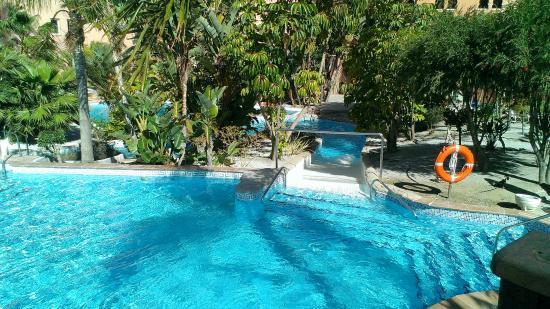 Conjunto de piscinas y toboganes de agua en el patio del - Toboganes de piscina ...