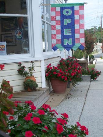 Buchanan, VA: Cheerful flowers greet visitors to Gallery By the James on Main Street.