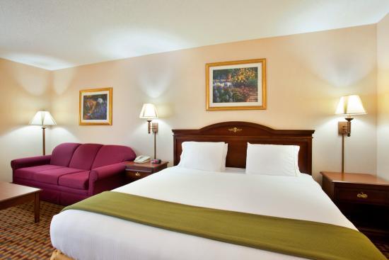 Ottawa, IL: King Bed Guest Room