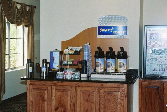 Holiday Inn Express Hotel & Suites: Breakfast Bar