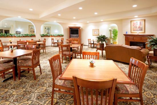 Holiday Inn Express Hotel & Suites: Breakfast Area