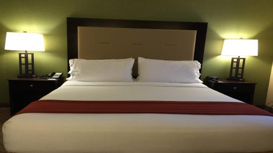 Holiday Inn Express Woodland King Standard Guest Room