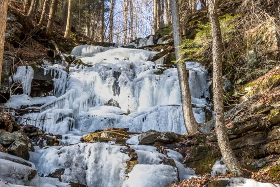 Forksville, Pensilvania: Another view of the ice formed from runoff on the mt.