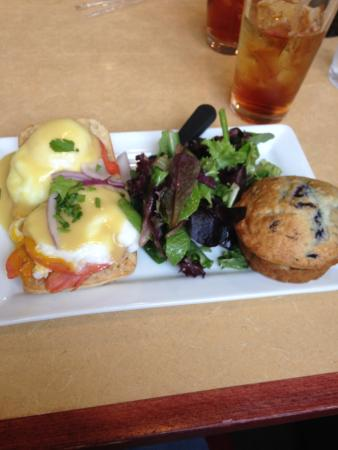 Charleston, Virginie-Occidentale : Salmon benedict, blueberry muffin and brewed sweet tea