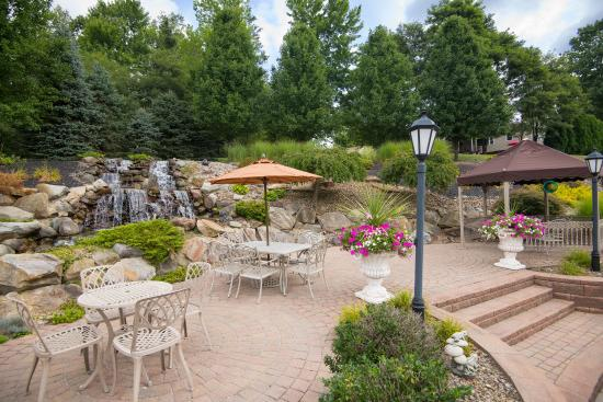 West Middlesex, Pennsylvanie : Relax with friends on the patio.