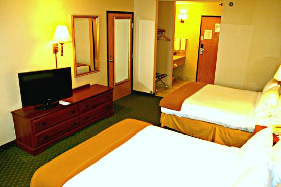 Lincoln, IL: Two queen beds, flat-panel television and more