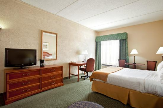 Sturtevant, WI: Queen Bed Guest Room