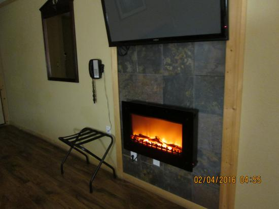 Wall, Dakota del Sud: Electronic fireplace below the Flat screen TV