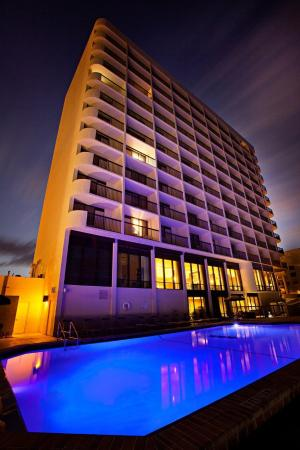 Holiday Inn Express and Suites Oceanfront: Swimming Pool at Night