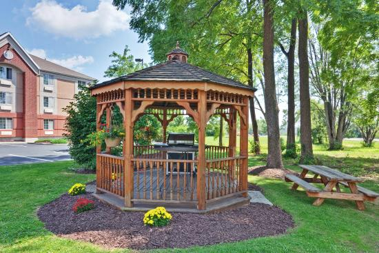 East Syracuse, Nova York: Candlewood Suites Carrier Circle Picnic area with gas grills
