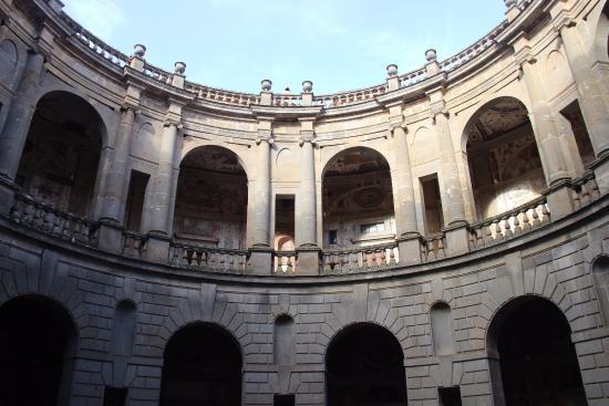 La scala elicoidale foto di palazzo farnese caprarola for Cortile circolare