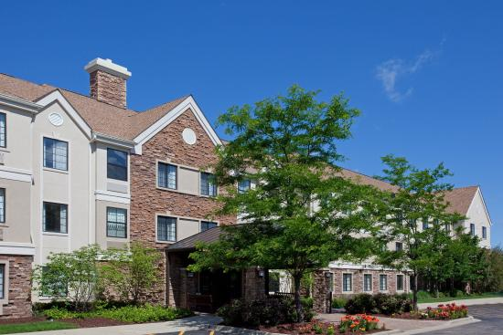 Lincolnshire, IL: Settle in to your home away from home