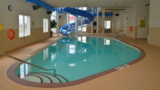 Edson, Kanada: Time for some fun!! Wind down the waterslide & splash in the pool!