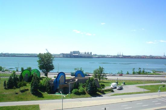 Longueuil, Canada: The busy St-Laurence Seaway is close by